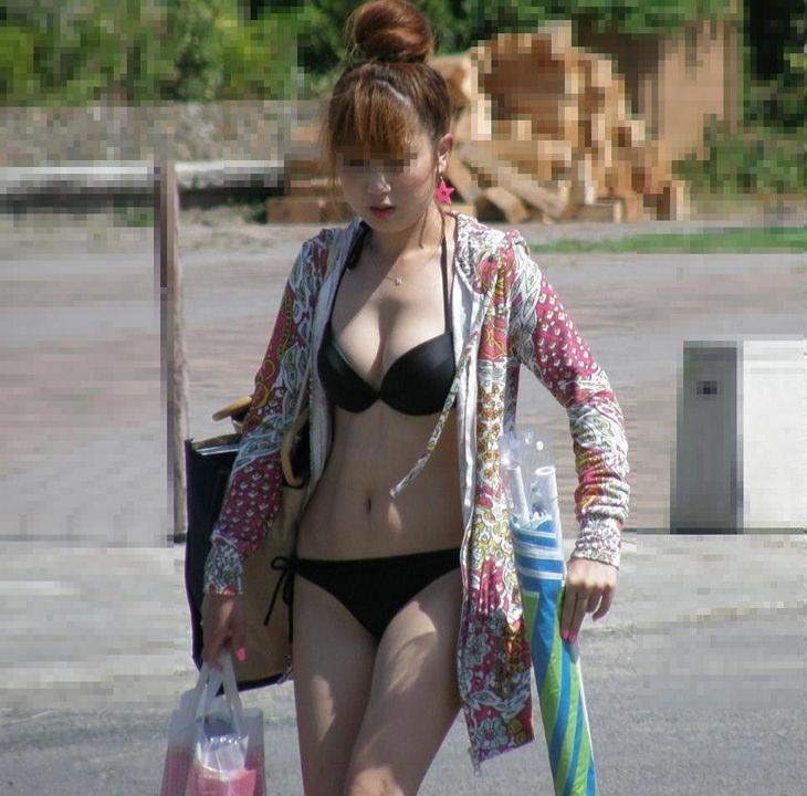 巨乳な素人の水着姿 45