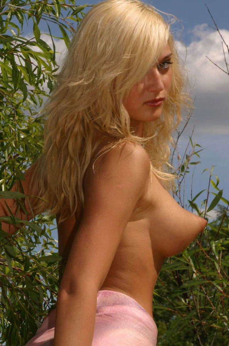 ロケット乳の外国人美女 23