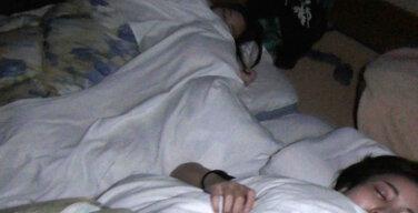 【寝てる彼女に凸!】隣に友達が寝てるのに…【声我慢SEX!】