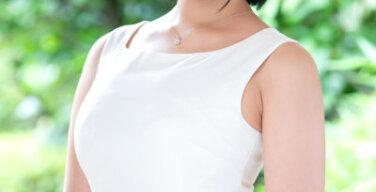 「風にそよぐ卑猥なムダ毛は決してムダではありません」腋毛美人妻が見せるバンザイ中出しセックス!!小沢鈴音さん30歳、初めてのAV出演