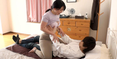 人妻訪問マッサージは割とお触りを許してくれるのでお願いしたら射精させてくれました!(3)
